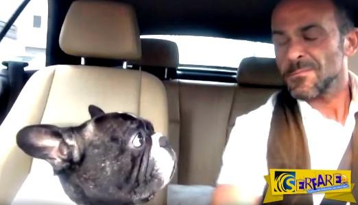 Ξεκαρδιστικό βίντεο: O σκύλος συμμετέχει ως δεύτερη φωνή και τραγουδά μαζί με τον ιδιοκτήτη του!