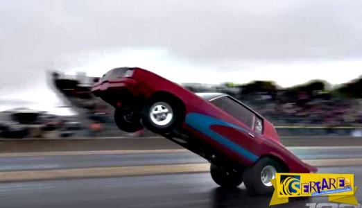 H τρέλα στους δύο τροχούς: Αυτοκίνητο... σουζάρει σε αγώνες και σταματάει σε τοίχο!