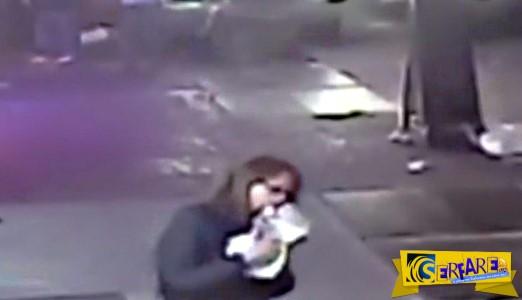 Απόλυτη απάθεια: Αυτοκίνητο παρέσυρε πεζούς δίπλα της και αυτή συνέχισε να τρώει πίτσα