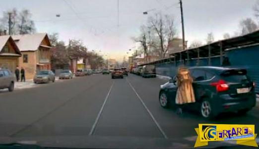 Γυναίκα ξέχασε να τραβήξει χειρόφρενο και το αυτοκίνητο κατευθυνόταν σε σπίτι!