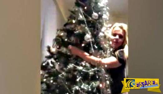Μεθυσμένη κοπέλα προσπαθεί να χορέψει με ένα Χριστουγεννιάτικο δέντρο - Το αποτέλεσμα καταστροφικό!