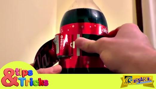 Πήρε ένα Μπουκάλι Coca Cola ξεκίνησε να βγάζει την ετικέτα. Το αποτέλεσμα; Εορταστικότατο!