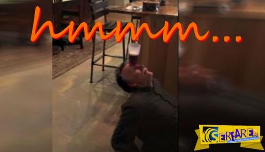 Απίστευτο: 60χρονος κάνει γιόγκα και πίνει μπύρα από το ποτήρι χωρίς να χρησιμοποιήσει τα χέρια του!