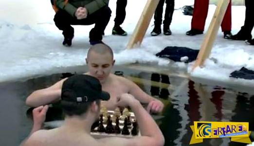 Δεν καταλαβαίνουν τίποτα... Παίζουν σκάκι γuμvοί μέσα σε παγωμένη λίμνη!