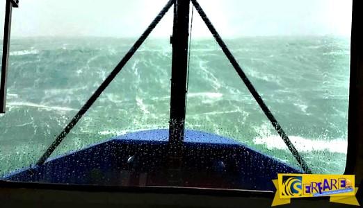 Μικρό πλοίο σε τρομακτική κακοκαιρία με κύματα 17+ μέτρων!