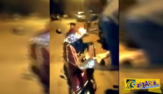 Απίστευτο: Τεράστιος πύθωνας είχε σφηνώσει μέσα στο μηχανάκι του και τον έβγαλε με γυμνά χέρια!