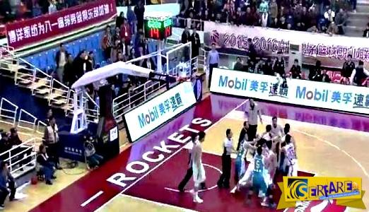 Το... ξύλο της αρκούδας έπεσε σε αγώνα μπάσκετ στην Κίνα!