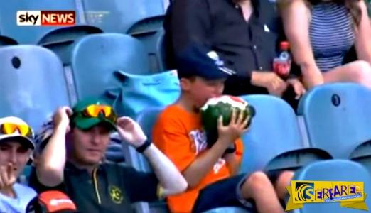 Οι σχολιαστές του αγώνα έμειναν έκπληκτοι: 10χρονος έφαγε ένα καρπούζι μαζί με την φλούδα!