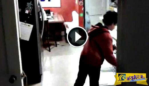Βρισκόταν στην κουζίνα και έπλενε τα πιάτα - Αυτό που κατέγραψε η κάμερα θα σας κάνει να ξεκαρδιστείτε στα γέλια!