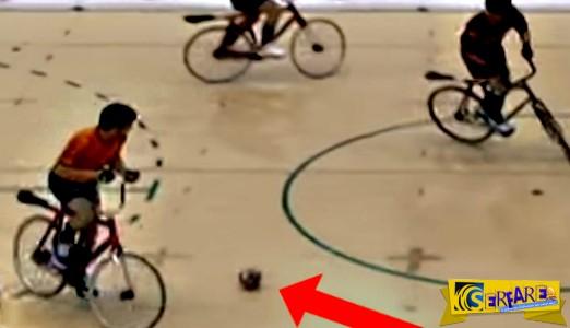 Αυτό συμβαίνει όταν παίζεις ποδόσφαιρο ενώ κάνεις ποδήλατο. Θα το δείτε και δεύτερη φορά…