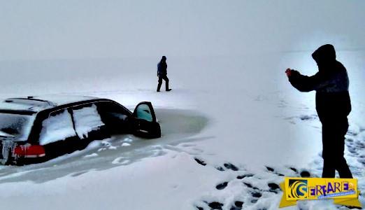 Απίστευτο! Έπεσε το αυτοκίνητο του μέσα στον πάγο και κόλλησε και πάγωσε στο νερό ...