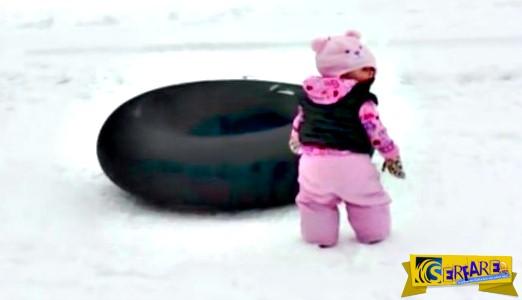 Η μαμά καταγράφει την πρώτη φορά του μωρού της στο χιόνι - Το πλάνο όμως διακόπτει μια ξεκαρδιστική έκπληξη!