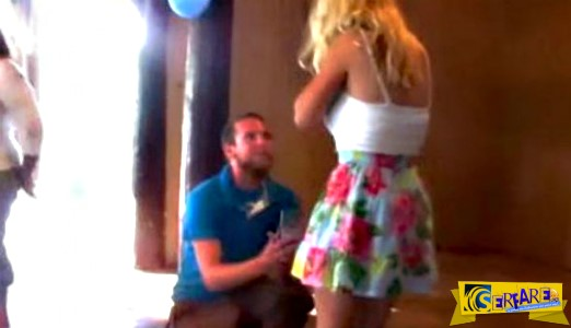 H κοπέλα σωριάστηκε στο πάτωμα μετά την πρόταση γάμου!