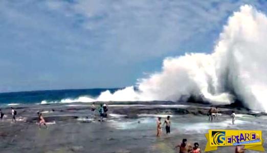 Τεράστιο κύμα «κατάπιε» ανθρώπους στην ακτή!