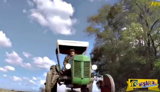 Αγρότης τρελαμένος πάει με το τρακτέρ μπούνια στη Βουλή!
