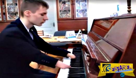 Απίστευτο βίντεο: Το αγόρι που παίζει πιάνο χωρίς χέρια!