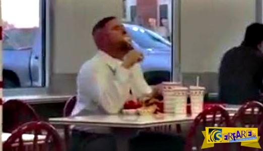 Δείτε με τι αγριότητα τρώει αυτός ο τύπος και θα σας κοπεί αμέσως η όρεξη!