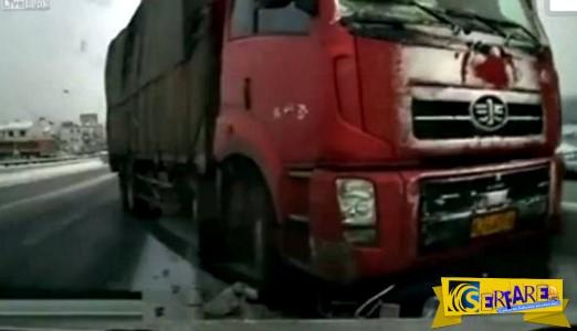 """Είχε """"άγιο"""": Φορτηγό παρασέρνει μοτοσικλετιστή!"""