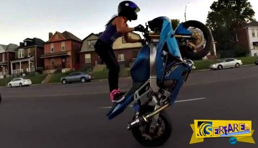 Γυναίκα κάνει απίστευτα κόλπα με μηχανή στο δρόμο!