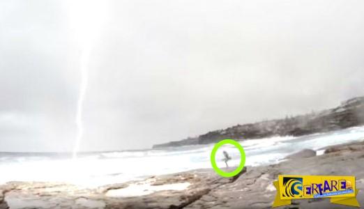 Συγκλονιστικό βίντεο: Κεραυνός πέφτει δίπλα από την κοπέλα του και εκείνος τρέχει να σωθεί!