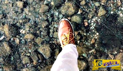 Απίστευτο σκηνικό! Περπατάει σε παγωμένη λίμνη που φαίνονται τα πάντα στο βυθό της!