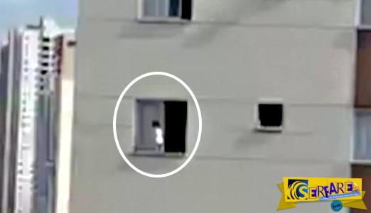 Στιγμές τρόμου στην Βραζιλία: Τρίχρονο παιδάκι περπατά έξω από παράθυρο στον 3ο όροφο!