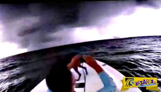 Πέρασε με την βάρκα του μέσα από υδροστρόβιλο!