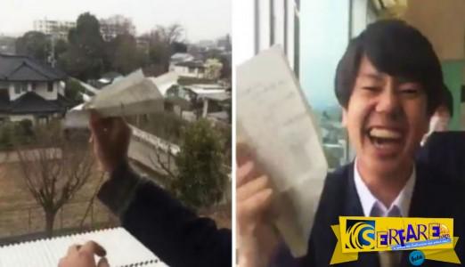 Το βίντεο που σαρώνει στο διαδίκτυο - Ένας μαθητής πέταξε ένα αεροπλανάκι από χαρτί έξω από το παράθυρο...