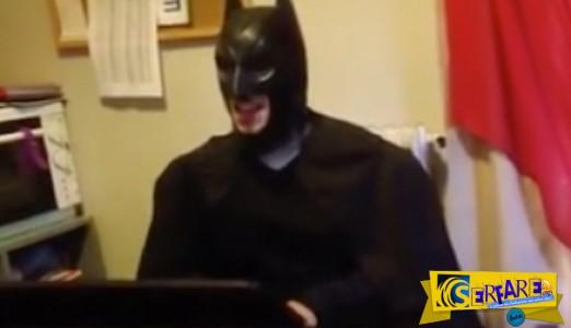 """Ο Batman τραγουδάει """"Νυχτερίδες κι αράχνες"""" - Κλάψτε!"""