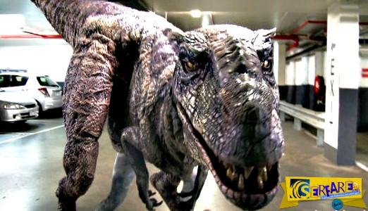 Ξεκαρδιστικό βίντεο: Φαρσέρ ντυμένος δεινόσαυρος τρομάζει πολίτες!