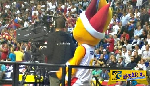 Η προκλητική μασκότ έφερε χάος σε γήπεδο μπάσκετ!