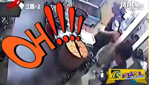 Σερβιτόρα έπαιζε με το κινητό της και έπεσε πάνω σε φιάλη υγραερίου - Δείτε τί έγινε ...