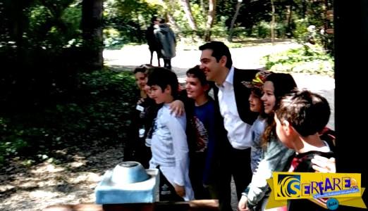 «Ελάτε! Ο Τσίπρας!» - Φωτογραφίες του πρωθυπουργού με μαθητές στον Εθνικό Κήπο!