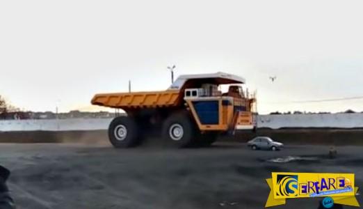 Φορτηγό 450 τόνων περνά πάνω από ένα αυτοκίνητο - Δείτε τι συνέβη!
