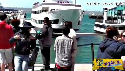 Απίστευτο βίντεο: Πλοίο πέφτει με ορμή πάνω σε προβλήτα γεμάτη τουρίστες