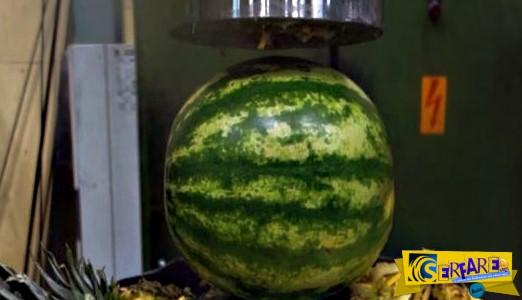 Έβαλε ανανά, καρπούζι και σαντιγί κάτω από υδραυλική πρέσα - Δείτε το αποτέλεσμα!