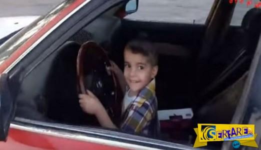 Aπίστευτο κι όμως αληθινό: 3χρονο αγοράκι κάνει drift σαν επαγγελματίας οδηγός!