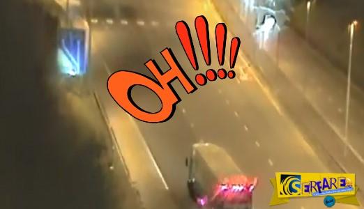 Απίθανο βίντεο: Φορτηγατζής κάνει όπισθεν σε δρόμο ταχείας κυκλοφορίας!