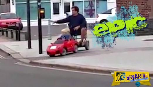 Απίστευτος! Έβαλε τον γιο του να τον πάει σπίτι με το αυτοκινητάκι του!