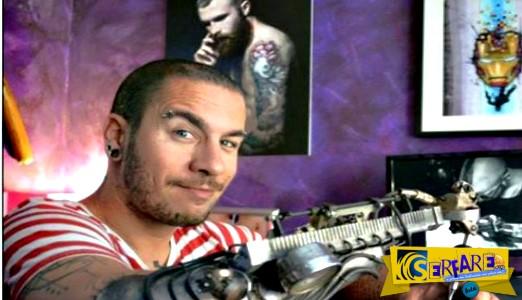 Δείτε τον καλλιτέχνη που έβαλε το πρώτο προθετικό χέρι για τατουάζ!