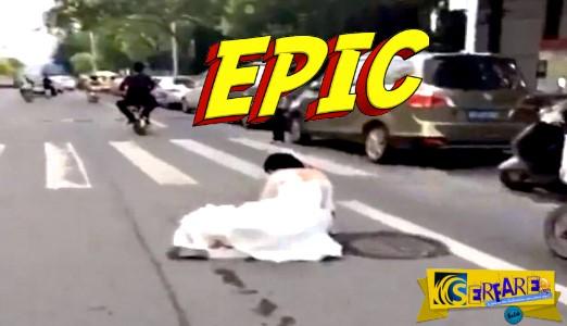 Πολύ γέλιο: Του έπεσε η νύφη στη μέση του δρόμου και συνέχισε ακάθεκτος ...
