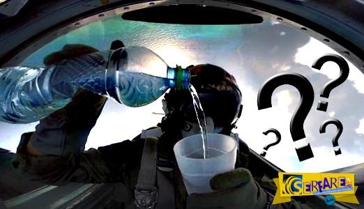 Πιλότος μαχητικού πίνει νερό ενώ πετά ανάποδα!