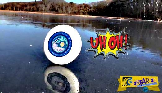 Δείτε τι συνέβη όταν ένας άνδρας πέταξε το frisbee του ενώ βρισκόταν στην επιφάνεια μιας παγωμένης λίμνης!