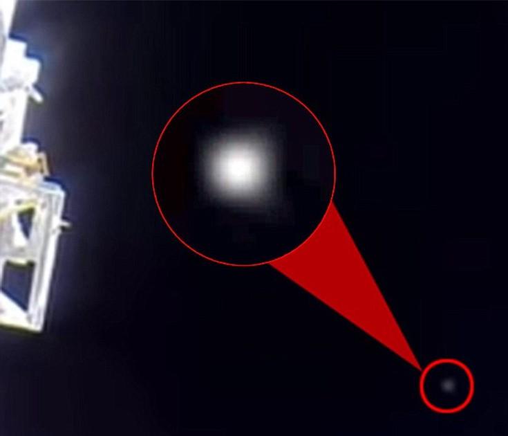 """Νέα σενάρια συνωμοσίας απο την <strong>NASA</strong>: Αστροναύτης κρύβει με το χέρι του μυστηριώδες φως!"""" width=""""735″ height=""""630″ class=""""aligncenter size-full wp-image-65903″/></p><p>Το βίντεο που η ομάδα ανέβασε στο διαδίκτυο φέρει τον τίτλο «Αστροναύτης πιάστηκε να προσπαθεί να κρύψει UFO κοντά στον Διεθνή Διαστημικό Σταθμό».</p><p>Βέβαια η NASA έχει δώσει εξηγήσεις στο παρελθόν σχετικά με τέτοιες λάμψεις που έχουν εμφανιστεί ξανά σε βίντεο από το διάστημα, τροφοδοτώντας ουκ ολίγες θεωρίες συνωμοσίες. «Αντανακλάσεις από παράθυρα του σταθμού, την ίδια τη δομή του διαστημικού σκάφους ή φώτα από τη Γη συχνά εμφανίζονται σαν τεχνουργήματα σε φωτογραφίες και βίντεο από το εργαστήριο σε τροχιά», είχε δηλώσει παλιότερα εκπρόσωπος της NASA.</p><p><iframe loading=lazy width=1170 height=658 src="""