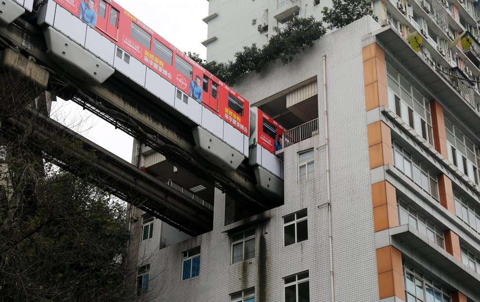 Στην Κίνα τα τρένα κάνουν στάσεις μέσα σε διαμερίσματα πολυκατοικίας!