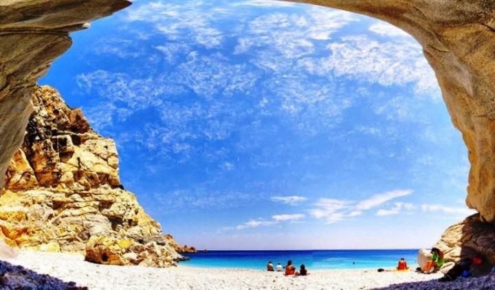 Πού βρίσκονται οι Σεϋχέλλες της Ελλάδας; Η εξωτική παραλία που δημιουργήθηκε κατά λάθος, με τα γαλάζια νερά και τα επιβλητικά βράχια!