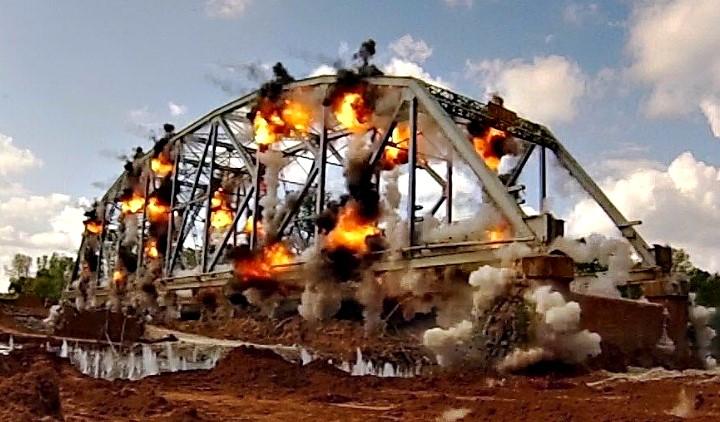Εντυπωσιακή κατεδάφιση γέφυρας με εκρηκτικά!