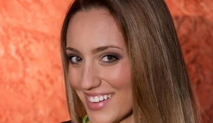 Άννα Κορακάκη: Αποκαλυπτικό μαγιό στην πισίνα!