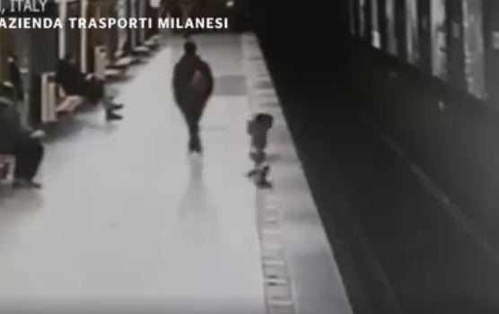 Απίστευτο βίντεο με 2χρονο αγόρι που πέφτει στις ράγες του μετρό – Η συνέχεια συγκλονίζει