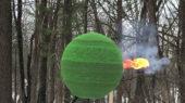 Πως καίγεται μια τεράστια σφαίρα από 42.000 σπίρτα που χρειάστηκε μήνες για να κατασκευαστεί